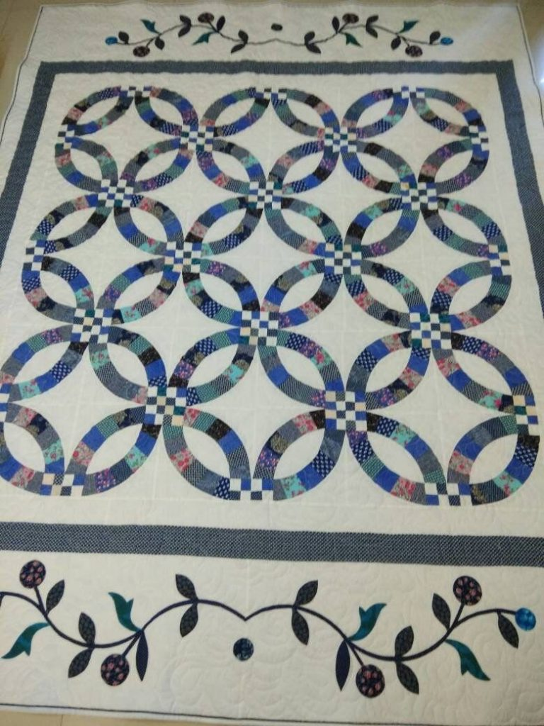 Double Wedding Ring Quilt with Applique